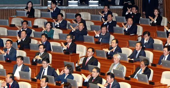 나경원 원내대표(뒷줄 오른쪽)를 비롯한 한국당 의원들이 22일 오전 서울 여의도 국회 본회의장에서 문재인 대통령의 시정연설을 들으며 손으로 'X표'를 만들고 있다. 변선구 기자