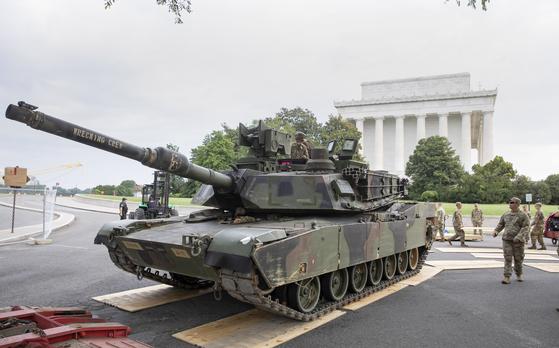 지난 7월 4일 미국 독립기념일을 맞아 수도 워싱턴에서 열린 열병식에서 미 육군이 열병식에 나설 M1 에이브럼스 탱크를 배치하고 있다.[EPA=연합뉴스]