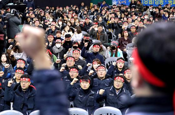 KB국민은행 노조가 올해 1월 8일 서울 잠실학생체육관에서 총파업 선포식을 하고 있다. 이들은 임금피크제 와 성과급 지급 문제로 사측과 갈등을 빚었다. [뉴스1]