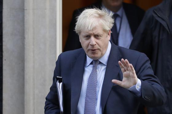 보리스 존슨 영국 총리가 지난 19일(현지시간) 런던 다우닝가 10번지 총리관저를 나서고 있다. [AP=연합뉴스]
