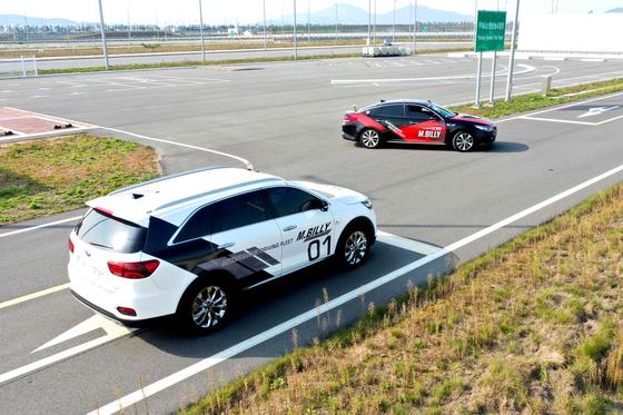 현대모비스가 자율주행 테스트 차량 엠빌리를 통해 이동통신 기반 차량-사물 통신기술을 시연하고 있다. [사진 현대모비스]