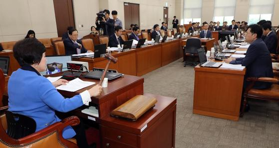 전혜숙 국회 행정안전위원장이 22일 서울 여의도 국회에서 열린 전체회의에서 의사봉을 두드리고 있다. [뉴스1]