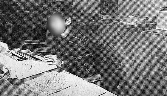 화성연쇄살인사건의 유력한 용의자로 지목된 이춘재가 1994년 충북 청주에서 처제를 성폭행한 뒤 살인한 혐의로 검거돼 옷을 뒤집어쓴 채 경찰조사를 받고 있는 모습. [연합뉴스]