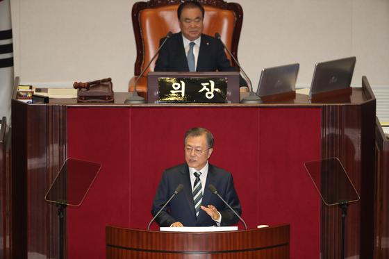 문재인 대통령이 22일 서울 여의도 국회 본회의장에서 시정연설을 하고 있다. [뉴스1]