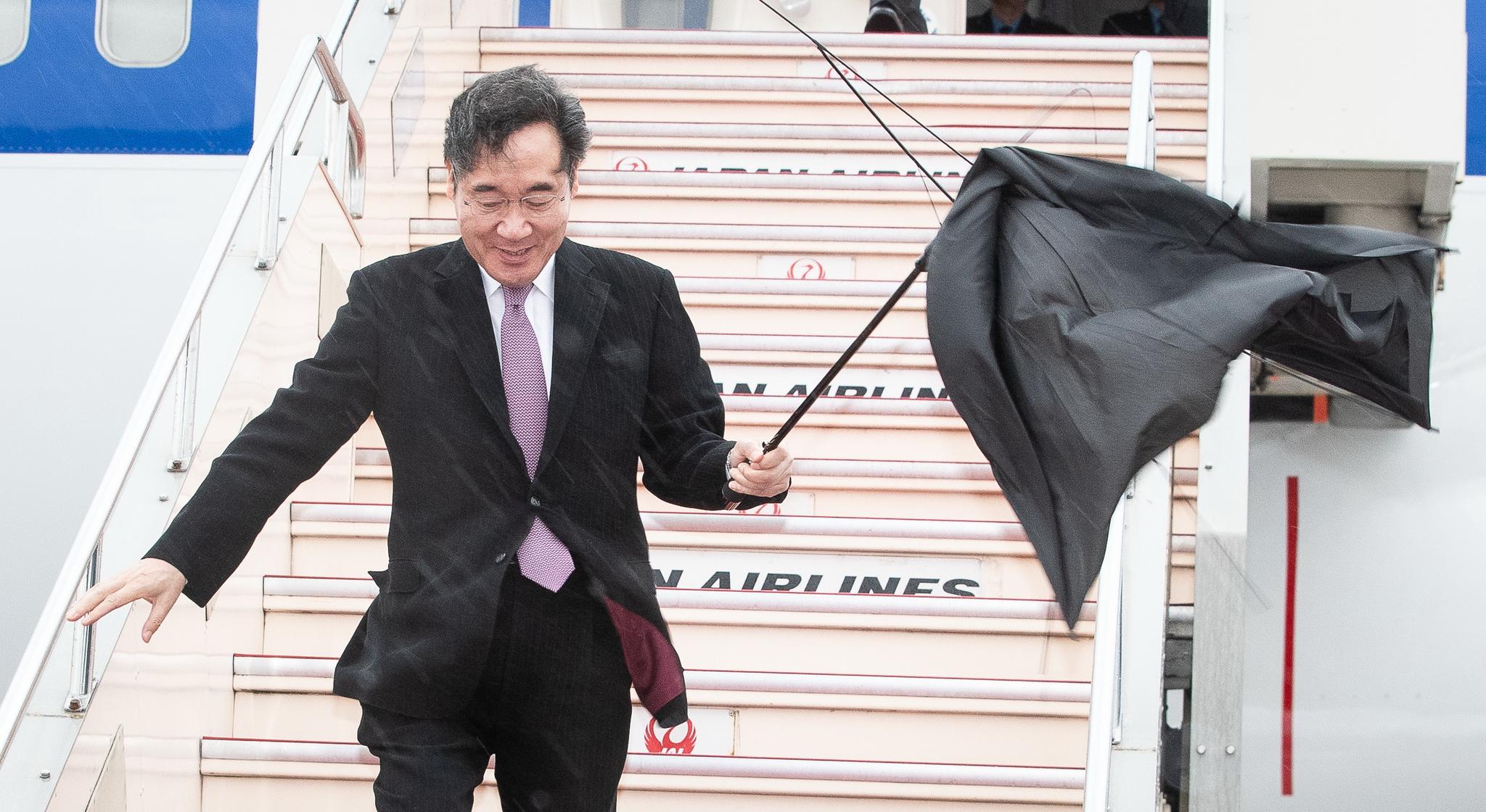 나루히토(德仁) 일왕 즉위식 참석차 일본을 방문한 이낙연 국무총리가 22일 일본 하네다공항에 도착하고 있다. 이 총리는 24일 아베 신조 일본 총리와 면담하고 문재인 대통령의 친서를 전달, 한일관계 개선을 위한 우호적 여건 조성에 나선다. [뉴스1]
