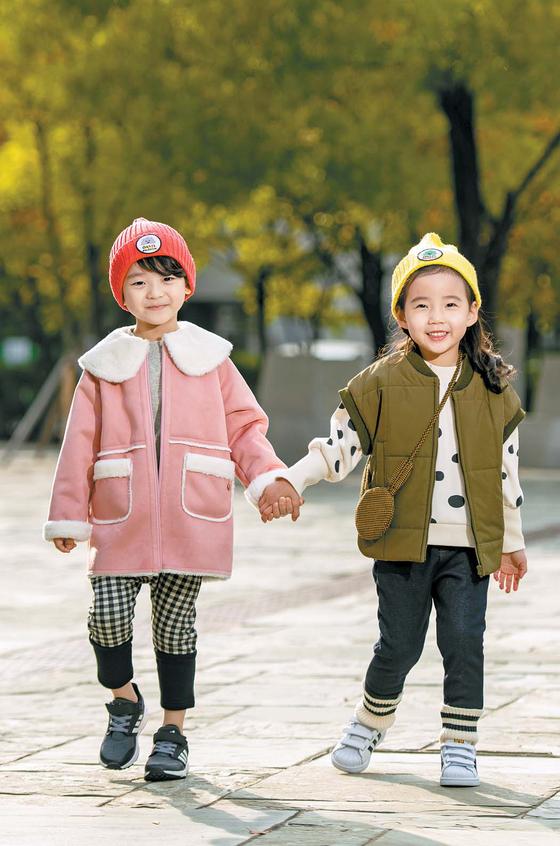 키즈 모델 김지민(5?왼쪽)군과 이수빈(6)양이 젠더리스 패션을 선보였다. 김군의 옷 은 '아가방', 이양은 '디어베이비'. 두 신발은 '아디다스', 모자는 '디어베이비'.