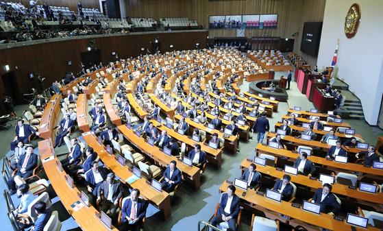 자유한국당 의원들이 지난달 26일 오후 국회 본회의에서 조국 전 법무부 장관이 인사말을 하자 돌아앉아 있다. [연합뉴스]