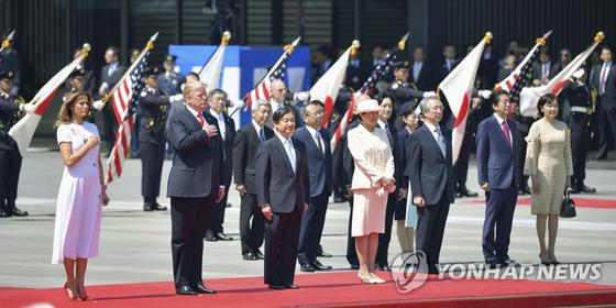 지난 5월 방일한 트럼프 대통령(왼쪽에서 두번째)과 나루히토 일왕(왼쪽에서 세번째). [연합뉴스]