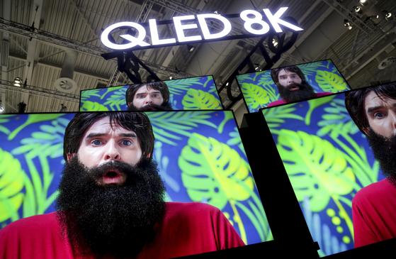 지난달 독일 IFA 당시 삼성전자가 전시한 QLED 8K TV. [AP=연합뉴스]