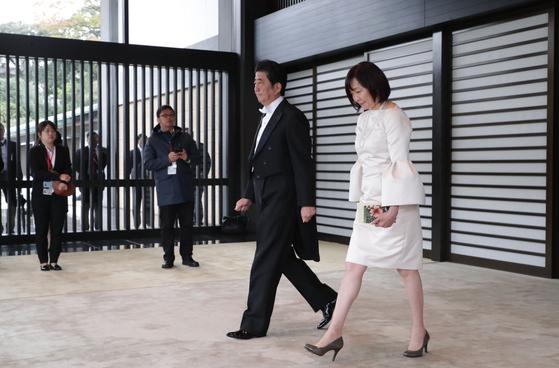 나루히토 일왕 즉위식에 참석하는 아베신조 총리와 부인 아키에 여사. [AFP=연합뉴스]