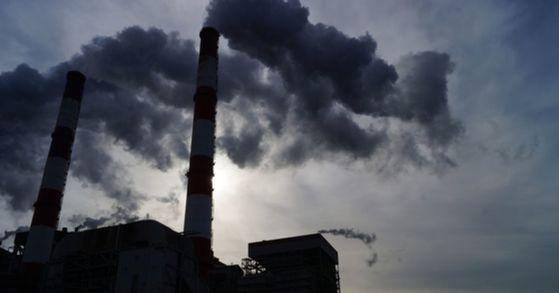 연기를 내뿜는 공장 굴뚝. 국내 온실가스 발생의 주범이었던 석탄화력발전소 신규 건설이 금지되고, 노후한 석탄화력발전소는 점차 폐쇄한다. [중앙포토]