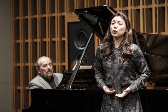 4년째 한 무대에 서고 있는 피아니스트 헬무트 도이치(왼쪽)와 소프라노 황수미. [사진 아트앤아티스트]