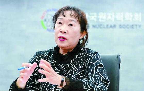 """원자력학회 50년 역사상 처음으로 여성 회장이 된 민병주 회장은 '미비했던 안전문제를 강화해 원자력 분야가 믿을 수 있는 에너지원이 되도록 힘쓰겠다""""고 말했다. 프리랜서 김성태"""