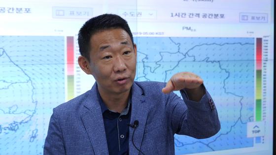 중앙일보와 인터뷰 중인 이대균 국립환경과학원 대기질통합예보센터장. 천권필 기자