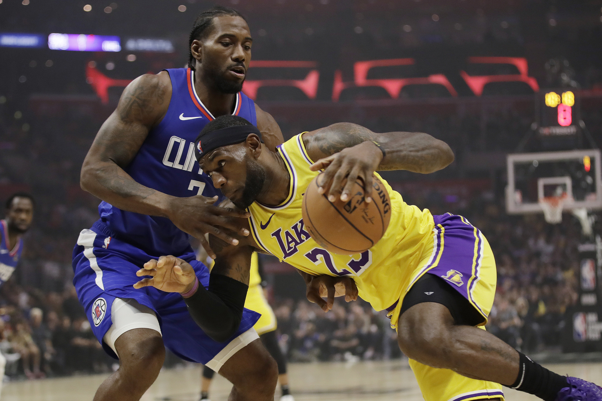 LA클리퍼스 레너드(왼쪽)가 LA 레이커스 르브론 제임스(오른쪽)의 돌파를 막고 있다. NBA 개막전에서는 레너드가 판정승을 거뒀다. [AP=연합뉴스]