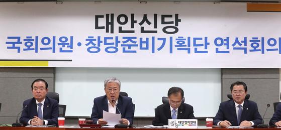 유성엽 대안신당 대표(왼쪽 두 번째)가 14일 오전 서울 여의도 국회 의원회관에서 열린 제8차 국회의원·창당준비기획단 연석회의에서 모두발언을 하고 있다. [뉴스1]