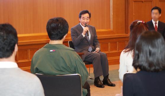 이낙연 국무총리가 23일 오전 일본 도쿄 게이오대에서 대학생 20여명과 '일본 젊은이와의 대화'를 하며 질문에 답하고 있다.[연합뉴스]