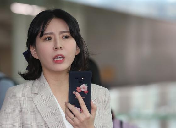 고 장자연 사건의 주요 증언자로 알려졌던 배우 윤지오 씨가 지난 4월 24일 오후 캐나다로 출국하기 위해 인천공항으로 들어서는 모습 [연합뉴스]