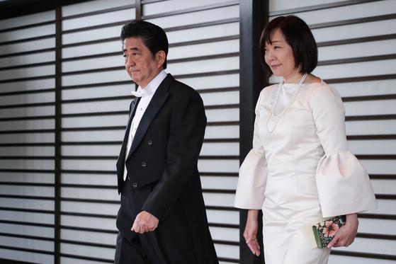 아베 신조 일본 내각총리대신 내외가 22일 일본 도쿄 일왕 거처인 고쿄(皇居)에서 열린 나루히토(德仁) 일왕 즉위식을 마친 후 고쿄를 나서고 있다. [뉴스1]