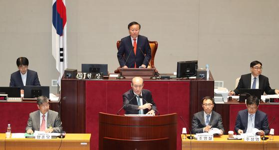 자유한국당 의원 김재원 위원장(뒷줄 가운데)이 22일 국회 예산결산특별위원회 전체회의에서 열린 '2020년도 예산안 및 기금운용계획안에 대한 공청회'를 주재하고 있다. [뉴스1]