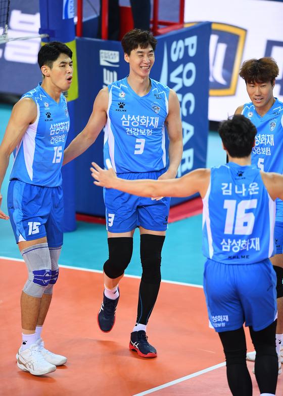 22일 인천 계양체육관에서 열린 대한항공과 경기에서 기뻐하는 삼성화재 선수들. [사진 한국배구연맹]