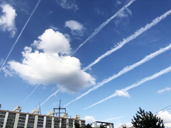 전국 미세먼지 수치가 낮아진 22일 오후 광주 하늘에 비행기구름이 생긴 모습. 23일과 24일까지 동풍이 원활하게 불면서 전국 대기질이 '좋음'~'보통' 수준을 보일 것으로 예상된다. [연합뉴스]