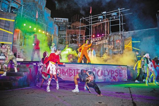 '크레이지 좀비 헌트' 공연에서 좀비들이 칼군무 댄스를 선보이고 있다. [사진 삼성물산]
