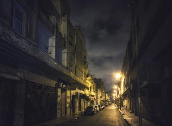 첫날 밤 해질녘 휴대폰 카메라 성능테스트를 해봤습니다. 카사블랑카에 있는 호텔 옆 골목길에서 밤사진을 찍어봤습니다. 폰카의 성능은 예상 밖이었습니다. 빛이 적은 밤인데도 불구하고 가로등 불빛과 밤하늘을 잘 보여줍니다. [사진 주기중]