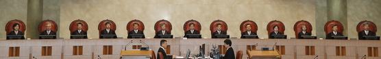 23일 서초동 대법원에서 열린 전원합의체.   김명수 대법원장과 대법관들이 자리에 앉아 시작을 기다리고 있다. [연합뉴스]