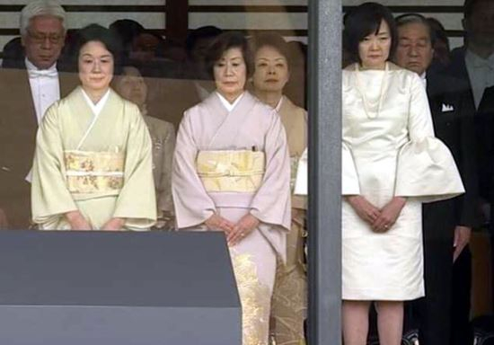 22일 나루히토 일왕 즉위식에 참석한 아베 아키에 여사의 옷차림이 일본에서 논란이다. [방송 캡처]