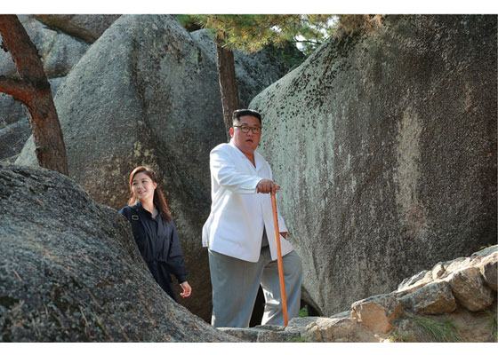 김정은 북한 국무위원장이 금강산 지역 현지지도 때 부인 이설주 여사를 동행했다. [사진 노동신문]