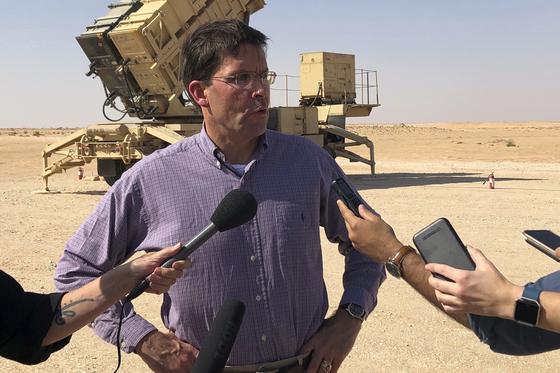 마크 에스퍼 미 국방장관이 22일(현지시간) 중동 방문 중 방위비분담금을 묻는 기자들의 질문에 답하고 있다. [AP=연합뉴스]