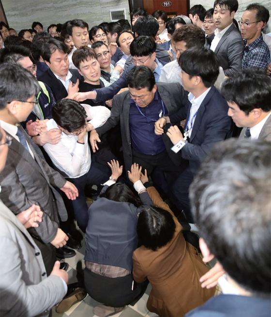 지난 4월 26일 새벽, 패스트트랙을 놓고 국회에서 민주당 당직자들과 자유한국당 당직자들이 격한 몸싸움을 벌이는 '동물국회'가 연출됐다. 이런 장면이 연말에 다시 반복될지 모른다. / 사진:연합뉴스