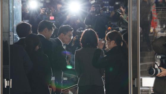 정경심 동양대 교수가 23일 오전 구속영장심사를 받기 위해 서울중앙지법에 들어오고 있다. [연합뉴스]