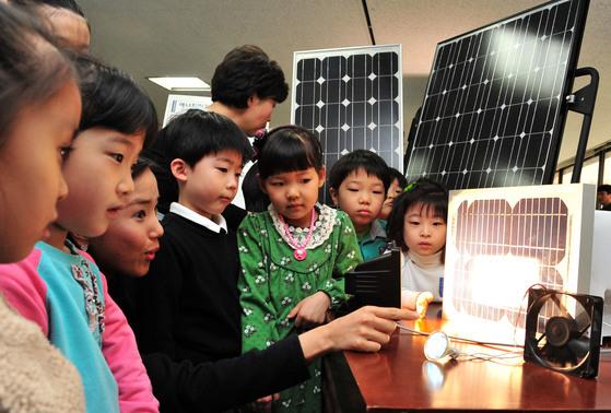 태양광 모듈 및 신재생에너지 전시회의 모습. [ 최준필 인턴기자 ]