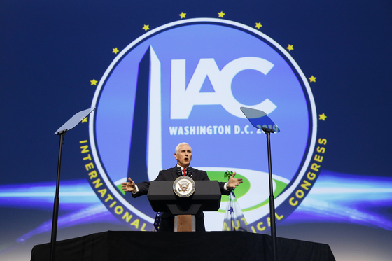 마이크 펜스 미국 부통령이 1일 워싱턴 DC에서 열린 국제우주대회 개막식에 참석해 미국 트럼프 정부가 주도하는 우주 시대를 강조하고 있다. [AP=연합]
