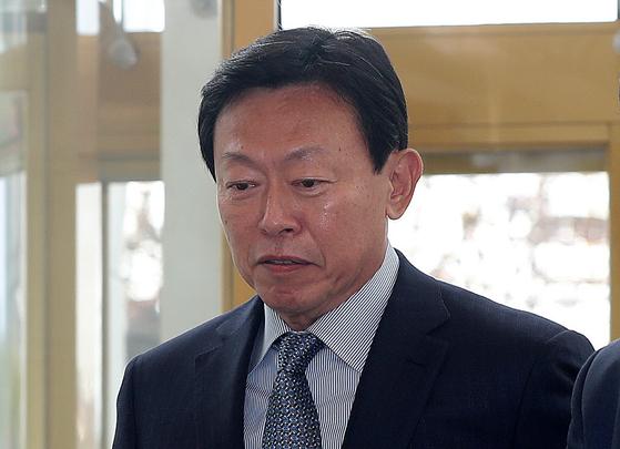 서울 송파구 롯데월드타워로 출근하는 신동빈 롯데그룹 회장. [중앙포토]