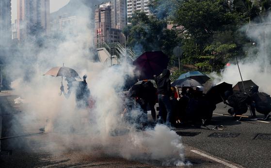 경찰이 홍콩 웡타이신 거리에서 시위대에 최류탄을 발사했다. [사진 로이터]
