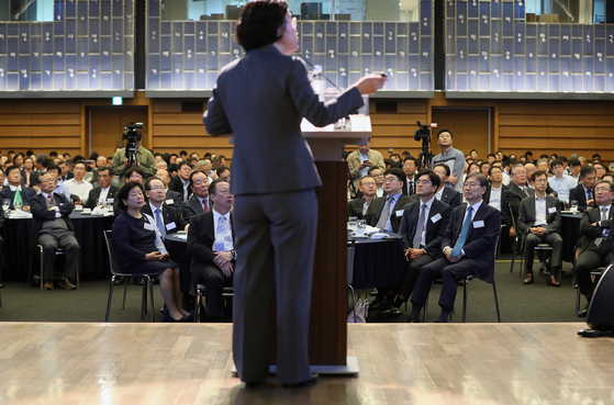 조성욱 공정거래위원장(뒷모습)이 22일 서울 중구 대한상공회의소에서 열린 CEO 간담회에서 강연하고 있다. [연합뉴스]