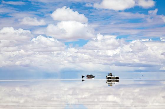 우유니 소금 사막은 우기인 12~3월이면 물이 고여 거울을 보는 듯하다. 세계 최대 소금사막이면서 세상에서 가장 큰 거울로 불리는 이유다. 낮에는 햇살과 구름이 비쳐 절경을 이루고, 밤에는 호수 속에 별이 들어 있는 듯한 장관을 연출한다. [사진 롯데관광]