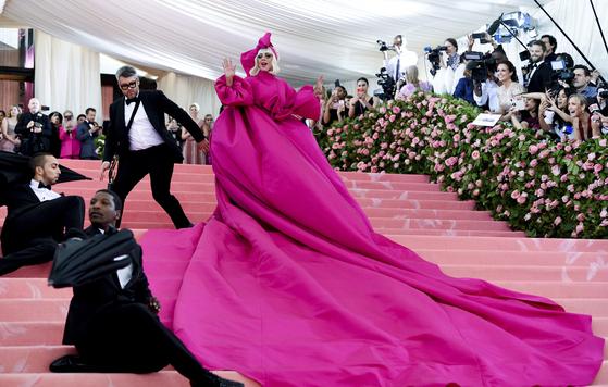 팝스타 레이디가가의 지난 5월 뉴욕 메트로폴리탄 박물관 갈라 파티 입장 모습. 이미 상당한 자산가인 그는 최근 화장품 라인도 출시했다. [AP=연합뉴스]