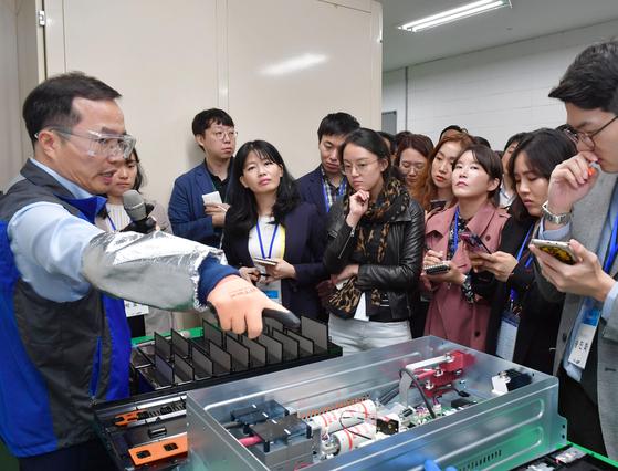23일 삼성SDI 울산 공장에서 허은기 삼성SDI 전무가 모의 실험에 앞서 개선된 ESS 배터리팩을 설명하고 있다. [사진 삼성SDI]