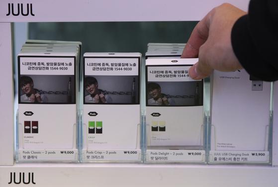 23일 오후 서울의 한 편의점에 액상형 전자담배 쥴(JUUL)이 전시되어 있다. 박능후 보건복지부 장관은 이날 정부서울청사에서 액상형 전자담배의 안전관리를 위한 2차 대책을 발표하며 유해성 검증이 완료되기 전까지 액상형 전자담배 사용을 중단할 것을 강력히 권고했다. 정부는 연초 줄기·뿌리, 니코틴 제품도 담배 정의에 포함하고, 담배 제조·수입자는 담배 및 그 연기에 포함된 성분·첨가물 등 정보 제출을 의무화할 계획이다. 청소년·여성 등이 쉽게 담배에 접근하게 하는 박하·초콜릿 등 '가향담배'도 단계적으로 금지한다. 뉴스1