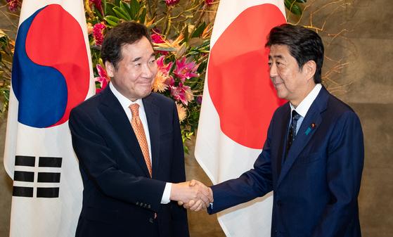 이낙연 국무총리가 24일 오전 일본 도쿄 총리관저에서 아베 신조 총리와 만나 악수하고 있다. [뉴스1]
