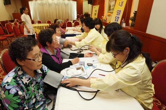 65세 이상 노인의 연간 진료비가 증가하면서 건강하게 노후를 보내는 '건강수명'에 대한 관심이 뜨겁다. [중앙포토]