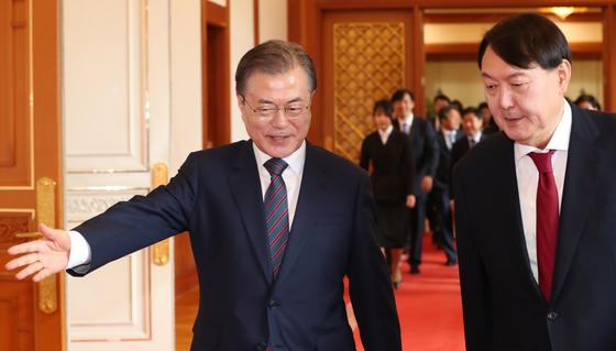 문재인 대통령(왼쪽)과 윤석열 검찰총장. [중앙포토]