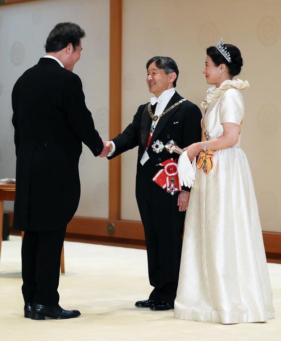 이낙연 국무총리(왼쪽)가 지난 22일 일본 도쿄 일왕 거처인 고쿄에서 열린 나루히토 일왕 내외 초청 궁정연회에 참석해 일왕 내외와 인사하고 있다. 이 총리는 23일에는 누카가 후쿠시로 회장 등 일한 의원연맹 관계자들과 의견을 나누었고, 아베 신조 총리 내외가 주최하는 만찬에 참석했다. [뉴스1]