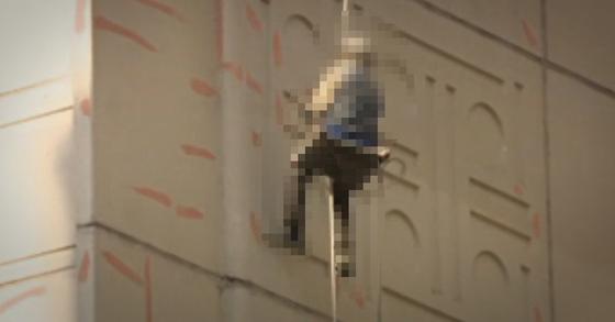 10층 높이 아파트 외벽에서 도색 작업을 하던 50대 근로자가 추락해 숨졌다. [연합뉴스TV]