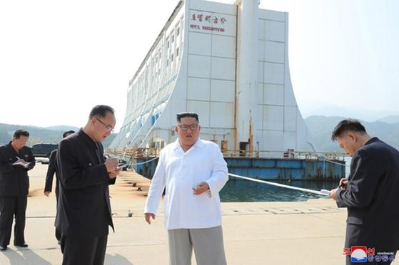 김정은 북한 국무위원장이 금강산관광지구 해금강 선상호텔 앞에서 현지 지도를 하고 있다.[연합뉴스]