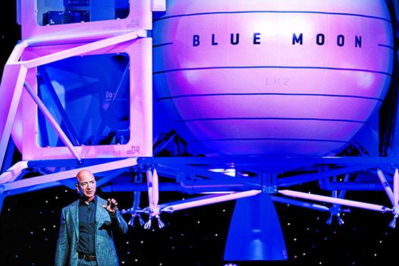 미국 민간우주회사 블루오리진의 창업자인 제프 베조스 아마존 최고경영자(CEO)가 22일 미국 워싱턴 D.C.에서 열린 제70회 국제우주대회(IAC)에서 록히드마틴ㆍ노스롭그루먼 등 전통 항공우주기업들과 '내셔널 팀'을 구성해 유인 달탐사 사업을 추진하기로 결정했다고 밝혔다. 사진은 지난 5월 공개한 블루오리진의 초대형 달착륙선 블루문과 제프 베조스. [AP=연합뉴스]
